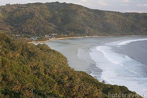 Vista de la isla RURUTU desde el acantilado de Matotea. Abajo la poblacion de Avera. Oceano Pacifico. Archipielago de las Australes. Polinesia Francesa