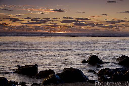 La barrera de coral protege las costas. Piedras de origen basaltico. Isla de RURUTU. Oceano Pacifico. Archipielago de las Australes. Polinesia Francesa