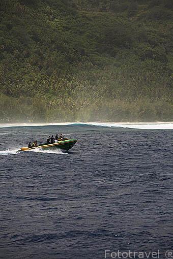 Pequeña embarcación con turistas buscando ballenas frente a las costas de la isla de RURUTU. Oceano Pacifico. Archipielago de las Australes. Polinesia Francesa