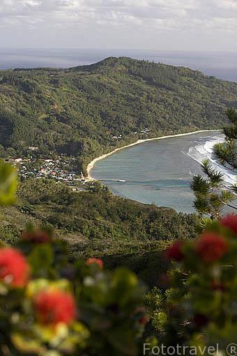 Vista de la isla RURUTU desde el pico de Manureva. Abajo la poblacion de Avera. Oceano Pacifico. Archipielago de las Australes. Polinesia Francesa