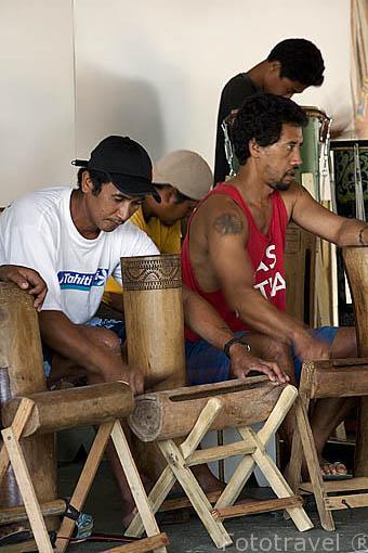 Jovenes tocando instrumentos de percusión. Colegio de Moerai. Isla de RURUTU. Archipielago de las Australes. Oceano Pacifico. Polinesia Francesa