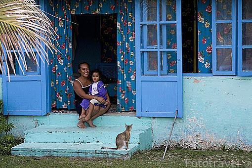 Madre con su hijo. Una casa en la población de Moerai. Isla de RURUTU. Archipielago de las Australes. Oceano Pacifico. Polinesia Francesa
