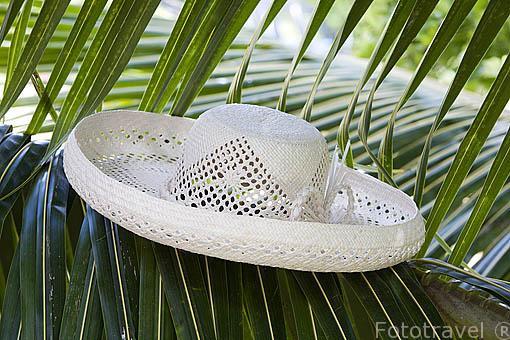 Sombrero hecho con hojas de palmera de cocotero, muy tipicas en la isla de RURUTU. Archipielago de las Australes. Oceano Pacifico. Polinesia Francesa