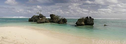 Rocas basalticas de origen volcanico junto a la playa. Isla de RURUTU. Archipielago de las Australes. Oceano Pacifico. Polinesia Francesa