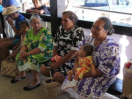 Ancianas esperando a familiares en el aeropuerto. Isla de RURUTU. Archipielago de las Australes. Oceano Pacifico. Polinesia Francesa
