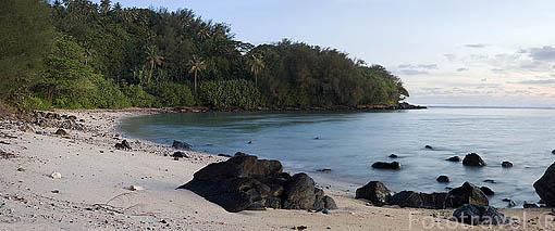 Playa y piedras de origen basaltico. Isla de RURUTU. Oceano Pacifico. Archipielago de las Australes. Polinesia Francesa