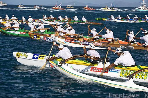 El equipo Rautere de Tahiti compitiendo. 3a etapa entre TAHAA y Bora Bora (58km). Compiten mas de 100 piraguas. Regata de Hawaiki Nui Vaa. Polinesia Francesa. Oceano Pacifico.