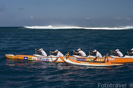 El equipo Pirae Vaa de Tahiti compitiendo. 3a etapa entre TAHAA y Bora Bora (58km). Compiten mas de 100 piraguas. Regata de Hawaiki Nui Vaa. Polinesia Francesa.