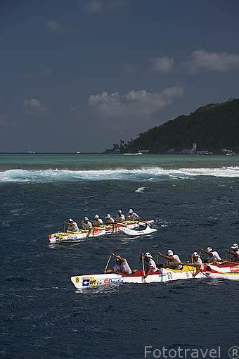 El equipo Timarii Punaruu de Tahiti compitiendo. 3a etapa entre TAHAA y Bora Bora (58km). Compiten mas de 100 piraguas. Regata de Hawaiki Nui Vaa. Polinesia Francesa.