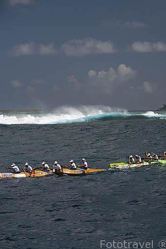 3a etapa entre TAHAA y Bora Bora 58km de mar abierto. Compiten mas de 100 piraguas. Regata de Hawaiki Nui Vaa. Polinesia Francesa. Oceano Pacifico.