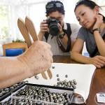 La Sra. Monique explicando a unos clientes las diferencias entre las distintas perlas. Taller de Monique & Bernard Champon. Isla de TAHAA. Polinesia Francesa. Oceano Pacifico