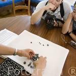 Perlas negras de distintos colores seleccionadas por tamaño y precio. Taller de Monique & Bernard Champon. Isla de TAHAA. Polinesia Francesa. Oceano Pacifico