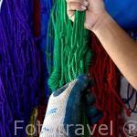 Un color de cordel para amarrar a las ostras tiene cada trabajador, asi se sigue mejor el proceso. Granja de Gauguin´s Pearl. Atolon RANGIROA. Archipielago de Tuamotu. Polinesia Francesa.