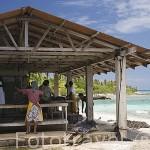 Junto a la costa se ubica el taller de manipulación de ostras perliferas de Gauguin´s Pearl. RANGIROA. Archipielago de Tuamotu. Polinesia Francesa.