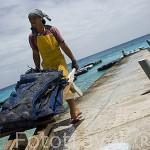 Sacos con ostras perliferas listas para su tratamiento, que sera inferior a 2 hrs fuera del agua. Gauguin´s Pearl. Atolon de RANGIROA. Archipielago de Tuamotu. Polinesia Francesa.