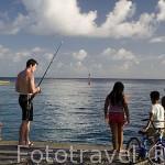 Familia pescando en el muelle de la poblacion de AVATORU. Atolon de Rangiroa. Archipielago de Tuamotu. Polinesia Francesa. Oceano Pacifico