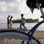 Muelle y chicos. Cerca de la poblacion de AVATORU. Atolon de Rangiroa. Archipielago de Tuamotu. Polinesia Francesa. Oceano Pacifico