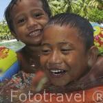 Niños jugando en una laguna natural. Atolon de RANGIROA. Archipielago de Tuamotu. Polinesia Francesa. Oceano Pacifico