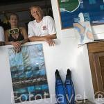 Marina y Marco, propietarios de la agencia Top Dive. Cerca de la población de TIPUTA. Rangiroa. Archipielago de Tuamotu. Polinesia Francesa. Oceano Pacifico