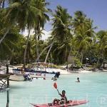 Niño y canoa. Atolón de RANGIROA. Archipielago de Tuamotu. Polinesia Francesa. Oceano Pacifico