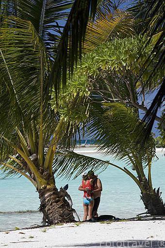 Turistas en un islote (motus). Laguna Azul. Atolón de RANGIROA. Archipielago de Tuamotu. Polinesia Francesa. Oceano Pacifico