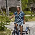 Chica polinesia ama de llaves del hotel Kia Ora. Cerca a la población de AVATORU. Atolón de Rangiroa. Archipielago de Tuamotu. Polinesia Francesa. Oceano Pacifico