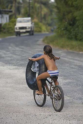 Niña con su neumatico. Poblacion de AVATORU. Atolon de Rangiroa. Archipielago de Tuamotu. Polinesia Francesa. Oceano Pacifico