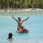 Chicos jugando. Atolón de RANGIROA. Archipielago de Tuamotu. Polinesia Francesa. Oceano Pacifico