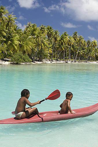 Niños en su canoa. Atolón de RANGIROA. Archipielago de Tuamotu. Polinesia Francesa. Oceano Pacifico