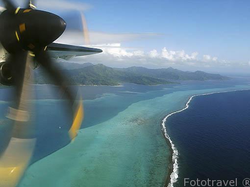 Avion sobrevolando la isla de TAHITI. Polinesia Francesa. Oceano Pacifico