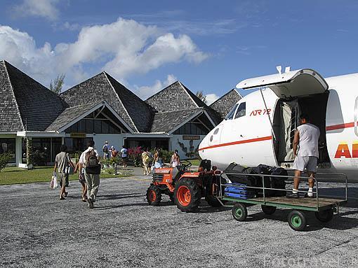 Pequeño aeropuerto de la isla de HUAHINE. Polinesia Francesa. Oceano Pacifico