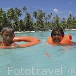 Niños jugando en las aguas claras del atolon de RANGIROA. Archipielago de las Tuamotu. Polinesia Francesa. Oceano Pacifico
