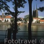 El río Odra. Detrás la isla Ostrow Tumski y la iglesia de la Sta. Cruz. A la der. las dos torres de la catedral.(s.XII-XVIII) Ciudad de WROCLAW. Silesia. Polonia