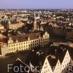 Vista de la ciudad de WROCLAW desde la torre de la iglesia gótica de Santa Isabel a 68 metros de altura sobre la Plaza del Mercado y el Ayuntamiento. Silesia. Polonia