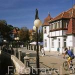 Paseando en bicicleta junto al río en la población de POLANIKA ZDROJ. Silesia. Polonia