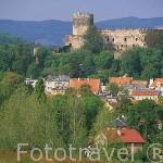 Castillo de Bolkow. Fundado en 1267. Ampliado en el s.XIV. Sede del festival de Música gótica. A sus pies el pueblo de BOLKOW. Baja Silesia. Polonia