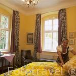 La srta Silwia Pilch arreglando una habitación. Palacio de Lomnicy. Con servicio de alojamiento y restaurante. A las afueras de LOMNICA. Baja Silesia. Polonia (M.R.041)