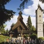 Fachada de la iglesia de madera de Wang. Con su campanario adyacente en piedra. Evangelica del s.XIII. Pueblo de BIERUTOWICE. Baja Silesia. Polonia