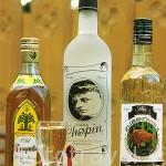 Botellas de tres diferentes vodkas polacos. Old Krupnik, Chopin y Zubrowka. Hechos en Polonia