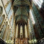 Interior de la Iglesia de Santa María, al fondo el altar gotico de la Virgen de 11 mtrs de altura. tallado por Veit Stoss entre 1477 y 1489. CRACOVIA. Polonia