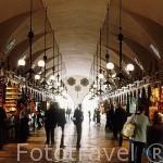 Numerosas tiendas en el interior del Mercado de Paños (Renacentista) en la Plaza Mayor del Mercado. CRACOVIA. Polonia