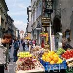 Puesto ambulante vendiendo frutas en la calle Florianska. CRACOVIA. Polonia
