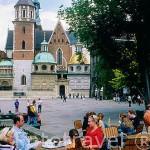 Terraza y cafeteria en el recinto amurallado de Wawel. CRACOVIA. Polonia