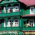 Hotel de madera: Willa Bialej Rozy. En la ciudad balneario de KRYNICA. Zona de Malopolska. Polonia