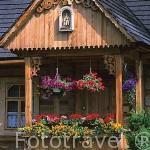 Antigua casa de madera en la población de ZACOPANE. Zona de Malopolska y montañas Tatras. Polonia