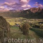 Paisaje de montones de paja y al fondo ZACOPANE y las montañas Tatras vistas desde el monte Gubalowka. Zona de Malopolska. Polonia