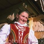 Ewelina Bokowska con traje tipico, preparada para acudir a misa del domingo, cerca de ZACOPANE. Zona de Malopolska y montañas Tatras. Polonia (M.R.054)