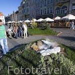 Pareja en la plaza mayor Stary Rynek. Ciudad de BYDGOSZCZ. Polonia