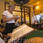 Camarera atendiendo a clientes. Pasteleria Adam Sowa, esta en el libro Guinness por haber realizado la tarta más grande. Ciudad de BYDGOSZCZ. Polonia