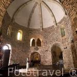 Interior de la iglesia romanica de la Trinidad S.XII en STRZELNO. Polonia